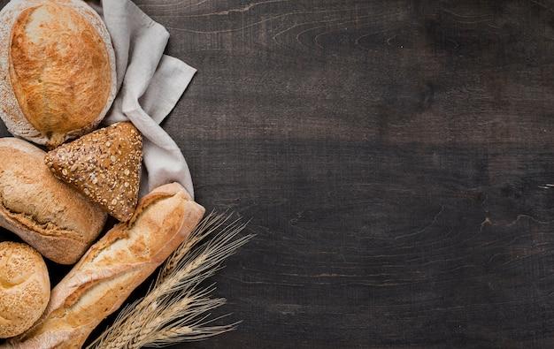 Assortiment van gebakken brood op doek met tarwe Gratis Foto