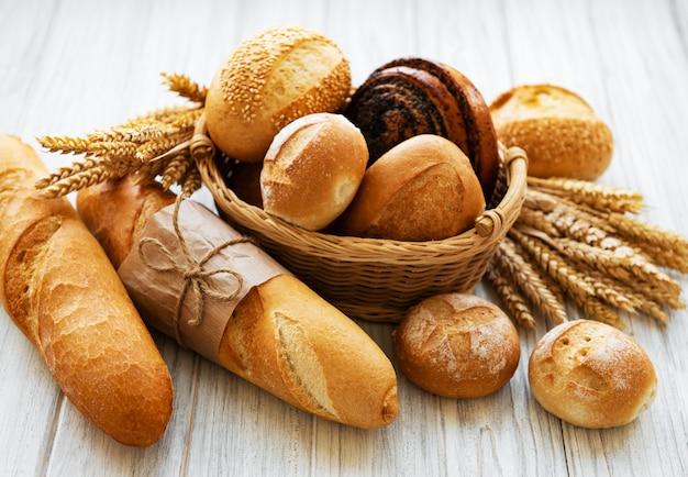 Assortiment van gebakken brood Premium Foto