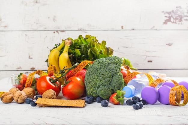 Assortiment van gezonde groenten en fruit Premium Foto