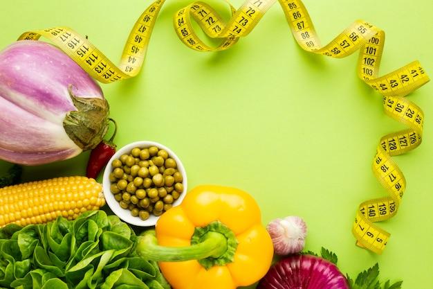 Assortiment van groenten op groene achtergrond Gratis Foto