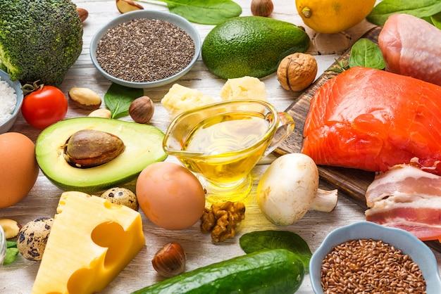 Assortiment van keto ketogeen dieet van gezond voedselarme koolhydraten. rijk aan goede vetten, omega 3 en eiwitproducten Premium Foto