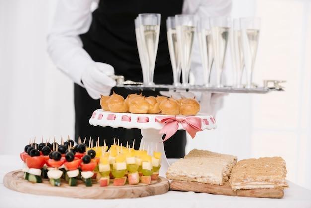 Assortiment van snacks op een tafel Gratis Foto