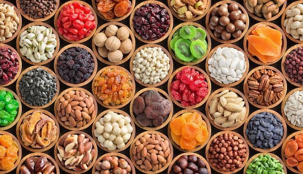 Assortiment van specerijen en kruiden in kommen Premium Foto