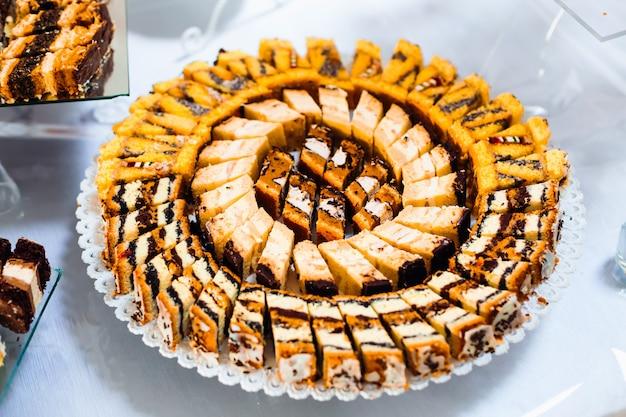 Assortiment van stukjes cake. plakjes heerlijke desserts Premium Foto