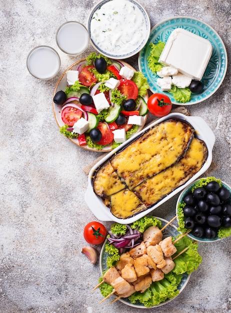 Assortiment van traditionele griekse gerechten Premium Foto
