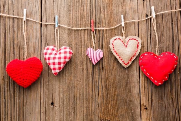 Assortiment van valentijnsdag ornamenten op houten achtergrond Gratis Foto