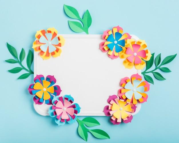Assortiment van veelkleurige papieren lentebloemen op whiteboard Gratis Foto