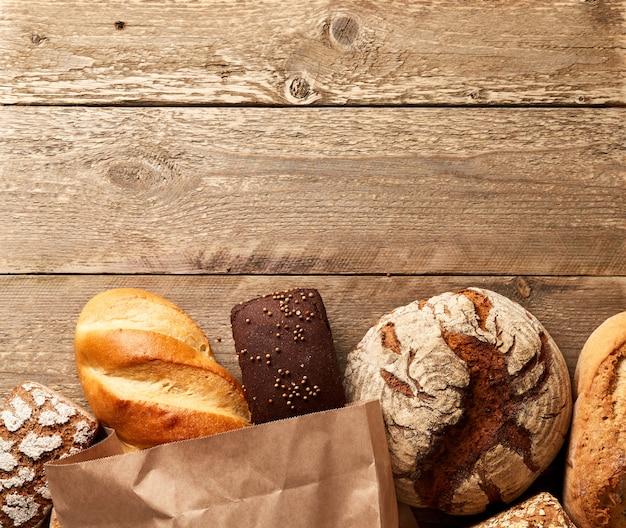 Assortiment van vers gebakken brood op een houten achtergrond Premium Foto