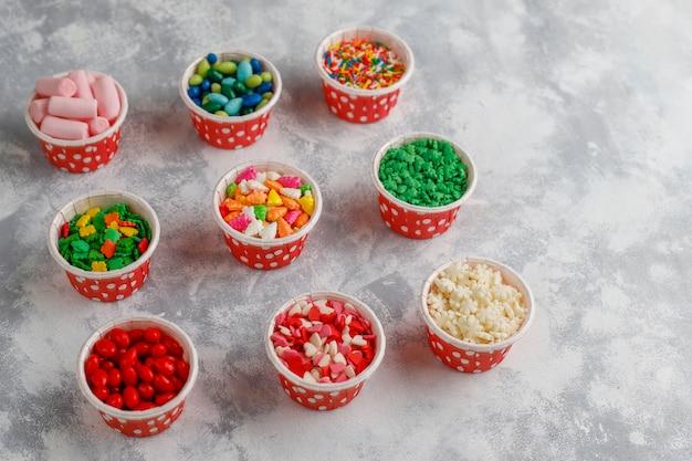 Assortiment van verschillende decoratieve suiker hagelslag van pasen, voedsel, bovenaanzicht Gratis Foto