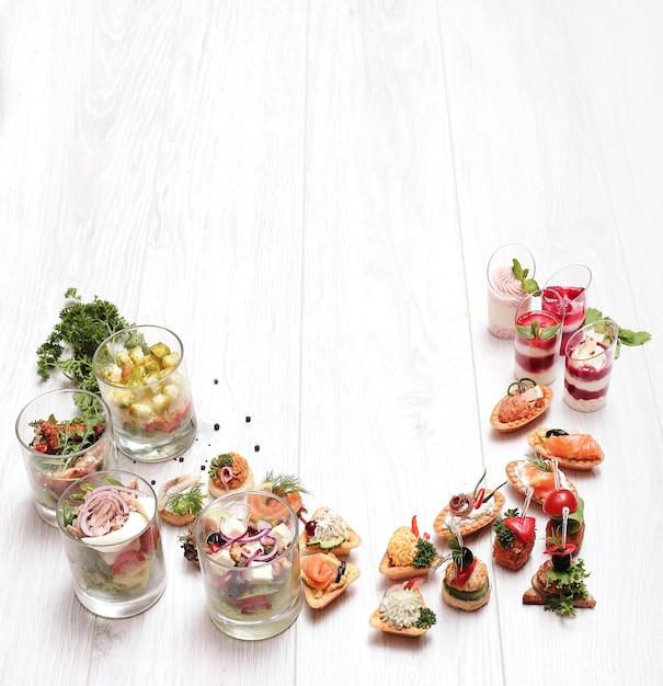 Assortiment van verschillende snacks, bovenaanzicht copyspace achtergrond Gratis Foto