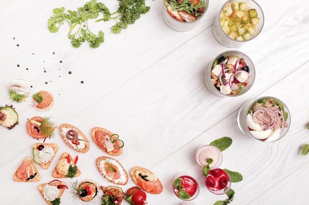 Assortiment van verschillende snacks, bovenaanzicht met copyspace Gratis Foto