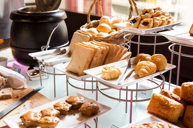Assortiment van verse gebak op tafel in buffetvorm Gratis Foto