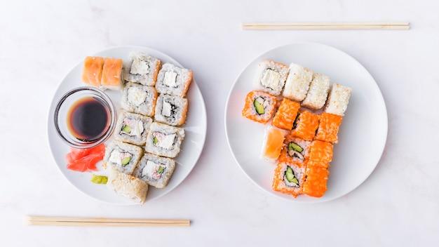 Assortimenten sushi met stokken bovenaanzicht Gratis Foto
