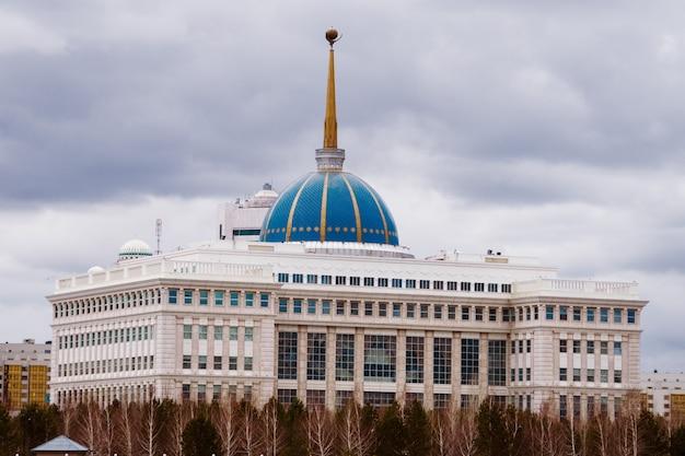Astana, kazachstan - 26 april, 2018: akkoord - woonplaats van de president van de republiek kazachstan Premium Foto