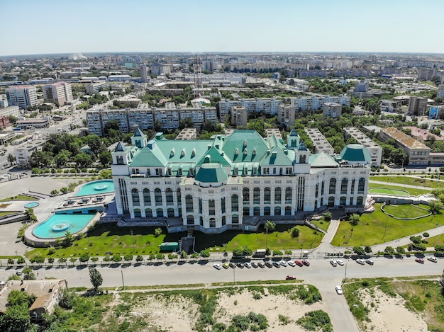 Astrakan staatsopera en ballettheater. uitzicht van boven. rusland. Premium Foto