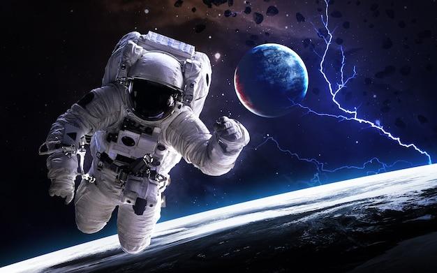 Astronaut in de diepe ruimte Premium Foto