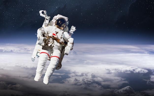 Astronaut in de ruimte. ruimtewandeling. elementen van deze afbeelding geleverd door nasa Premium Foto