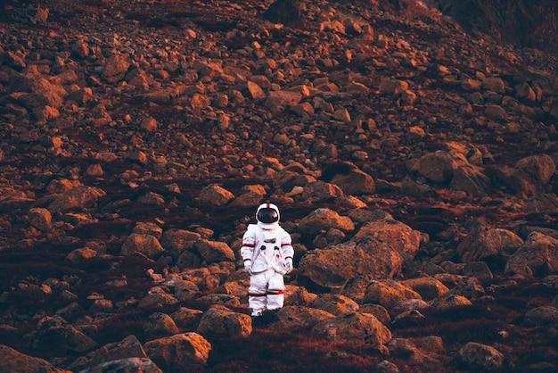 Astronaut onderzoekt een nieuwe planeet. op zoek naar een nieuw thuis voor de mensheid. concept over wetenschap en natuur Premium Foto