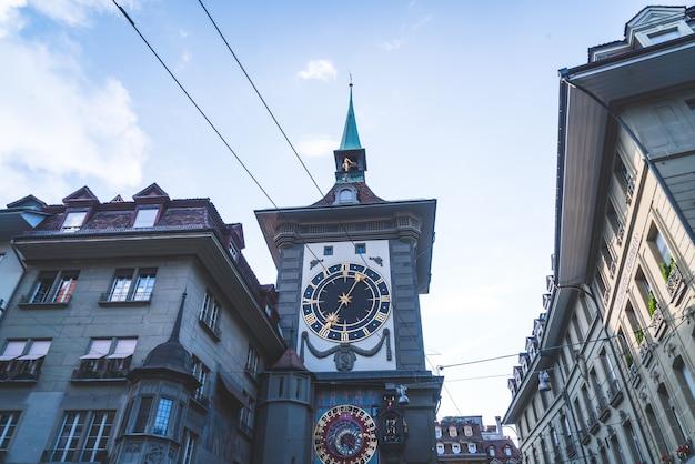 Astronomische klok op de middeleeuwse klokkentoren zytglogge Premium Foto