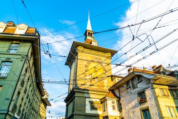 Astronomische klok op de middeleeuwse zytglogge-klokketoren in kramgasse-straat in oud stadscentrum van b Premium Foto