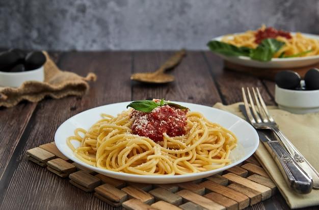 Asty kleurrijke smakelijke gekookte spaghetti italiaanse deegwaren met bolognese tomatensaus Premium Foto