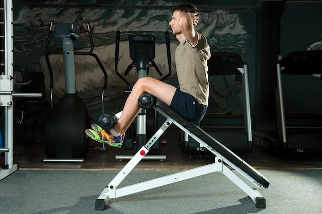 Atheletic man doet crunches in een sportschool Premium Foto