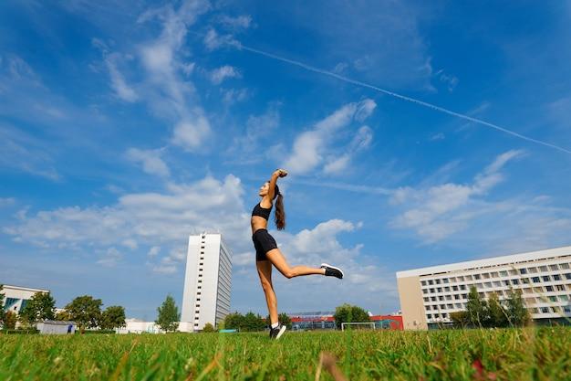 Atleet loper draait op atletische track haar cardio training. vrouw joggen voor competitie race zomer buiten stadion. Premium Foto