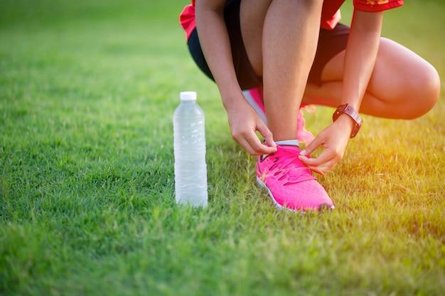 Atleten binden schoenen voordat ze sporten voor een goede gezondheid. Premium Foto