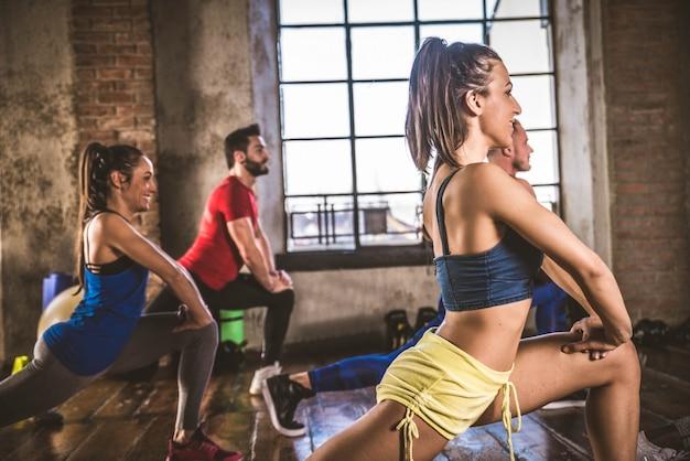 Atleten trainen in een sportschool Premium Foto
