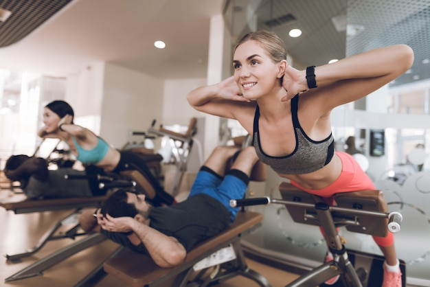 Atleten zijn bezig met een moderne sportschool. Premium Foto