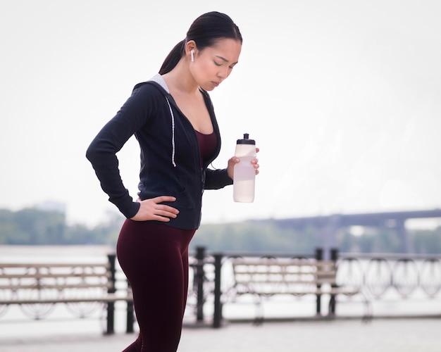 Atletische jonge vrouw klaar om in openlucht op te leiden Gratis Foto