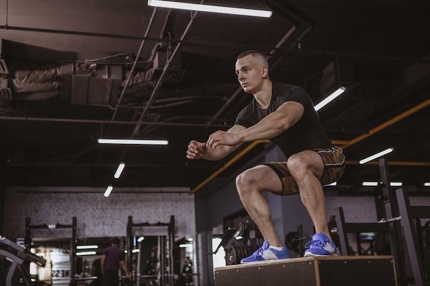Atletische mens die crossfit training uitvoert bij crossfitdoos Premium Foto