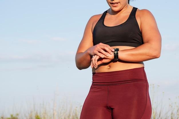 Atletische vrouw met smartwatch op straat Premium Foto