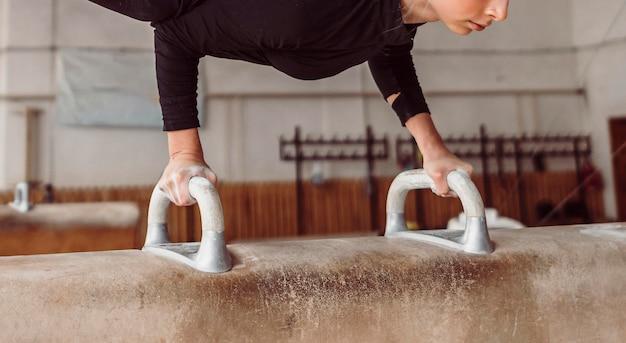 Atletische vrouw uitoefenen op paard met bogen Gratis Foto