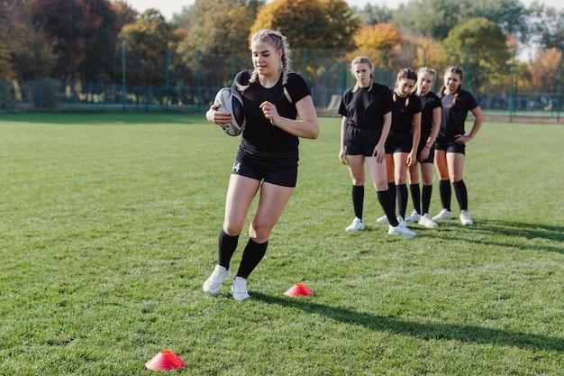 Atletische vrouwen trainen voor voetbal Gratis Foto