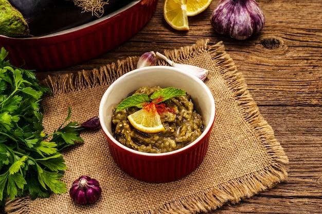 Aubergine dip baba ganoush met groenten in een kom Premium Foto