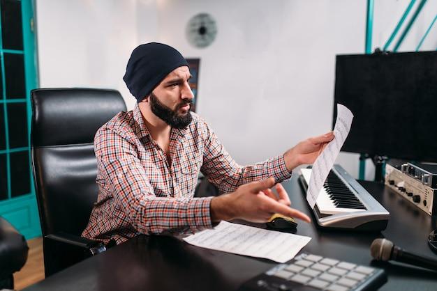 Audio engineering, man werkt met muzikaal toetsenbord Premium Foto