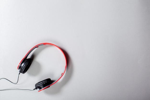 Audio hoofdtelefoon met snoer op grijs Premium Foto