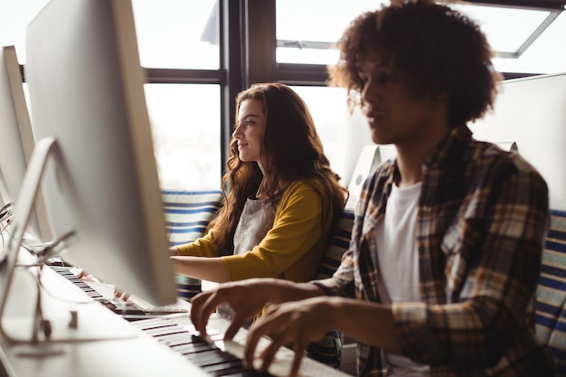 Audio-ingenieurs elektrisch toetsenbord spelen Premium Foto