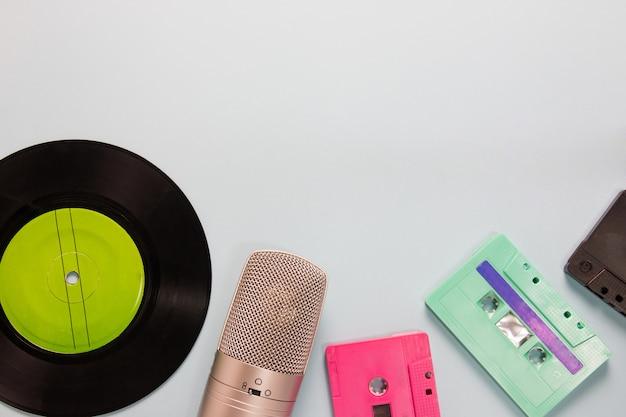 Audiocassettes, microfoon en cassetterecorder met kopieerruimte Premium Foto