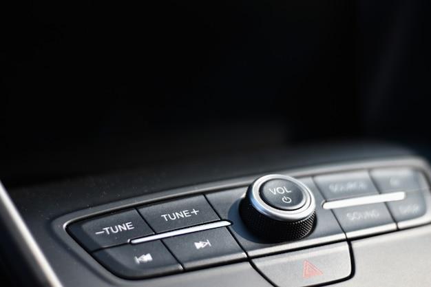 Audiocontrole in een auto met een zwarte achtergrond voor exemplaarruimte Premium Foto