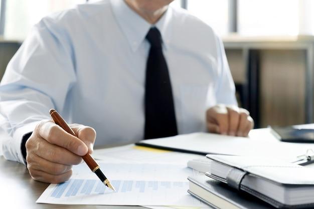 Auditor of financiële inspecteur die aan bedrijfsrapport werken Premium Foto