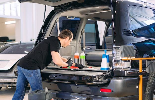 Auto-apotheek. chemische behandeling van de kofferbak. Premium Foto