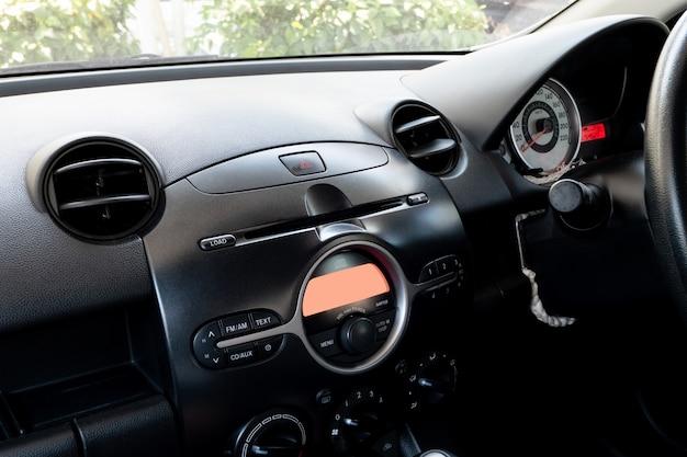 Auto binnen bestuurdersplaats. voorstoelen met dashboardbediening. Premium Foto