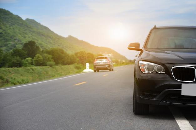 Auto geparkeerd op de weg, auto geparkeerd op straat Premium Foto