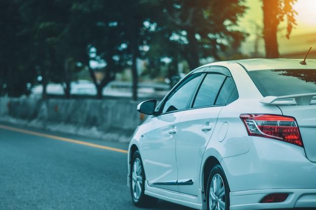Auto geparkeerd op de weg en kleine passagiersstoel op de weg die wordt gebruikt voor dagelijkse reizen Premium Foto