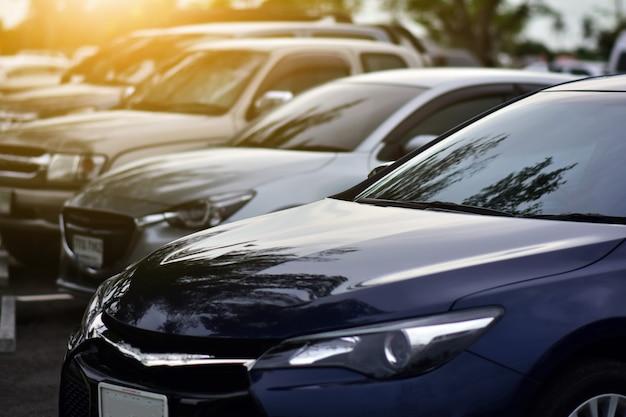 Auto geparkeerd op weg, auto geparkeerd op straat Premium Foto
