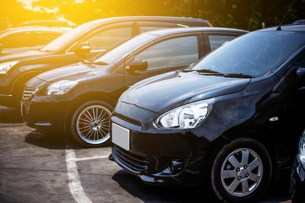 Auto geparkeerde rij op weg Premium Foto