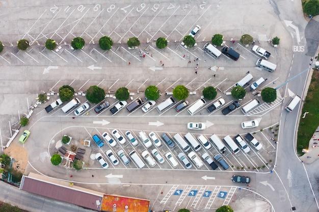Auto in parkeerterrein met het teken van de verkeerspijl op betonweg Premium Foto