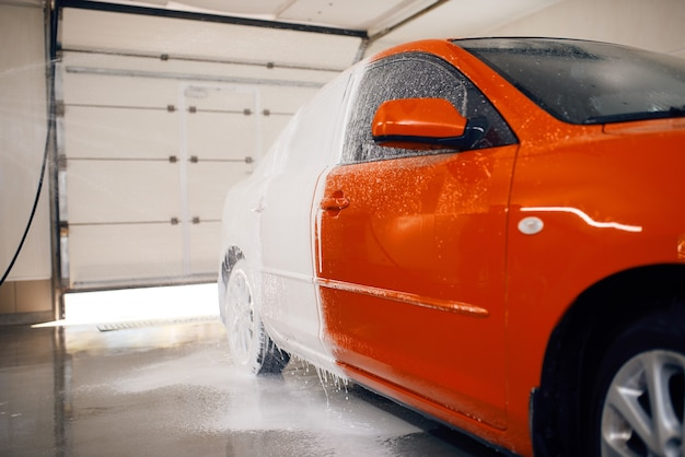 Auto is half in schuim, autowasdienst Premium Foto